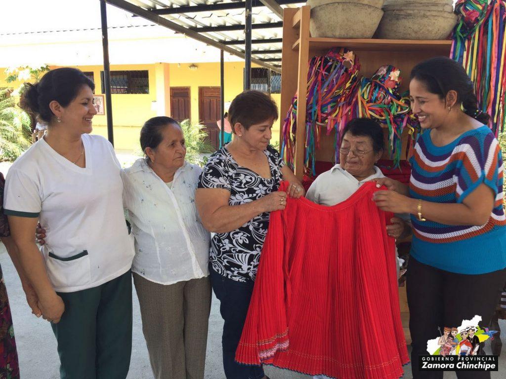 VESTIMENTA DE PUEBLOS Y NACIONALIDADES FUE ENTREGADA A